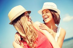 Flickor i hattar på stranden Fotografering för Bildbyråer