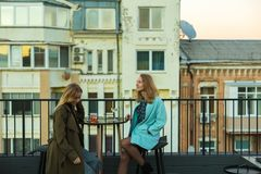 Flickor i kafé på tak royaltyfri bild