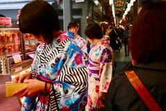 Flickor i kimonoshopping i teramachi i kyoto arkivfoton