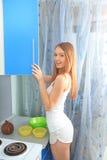 Flickor i kök Fotografering för Bildbyråer