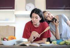 Flickor i kök Arkivbild