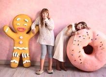 flickor i konfekt planlagt rum royaltyfri fotografi