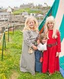 Flickor i medeltida klänning på Portsoy arkivbilder