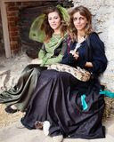 Flickor i mellersta den Eval kläder och ormen på slotten arkivfoton