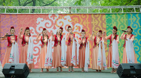 Flickor i nationella Tatar dräkter sjunger en sång Royaltyfri Bild