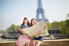 Flickor i Paris som söker efter riktning royaltyfri foto