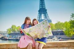 Flickor i Paris som söker efter riktning Royaltyfria Bilder