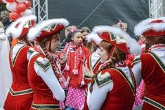 Flickor i röda vita dräkter på karnevalet i staden av Halle Saale, Tyskland, 11/11/2017 Royaltyfria Foton
