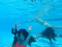 Flickor i simbassängen Royaltyfri Foto