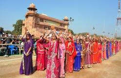 Flickor i traditionell dräkt, kamelfestivaler, Bikaner för religionkarash fotografering för bildbyråer