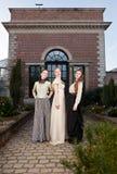 Flickor i viktorianskt framme av det gamla huset Fotografering för Bildbyråer