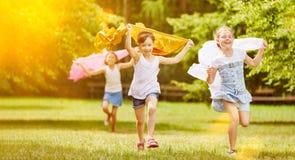 Flickor kör gladlynt i parkera royaltyfri bild