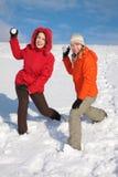 flickor kastar snöboll kast två arkivbilder