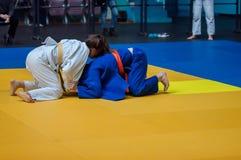 Flickor konkurrerar i judon Arkivfoto