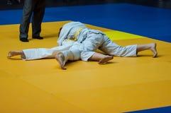 Flickor konkurrerar i judon Royaltyfria Bilder