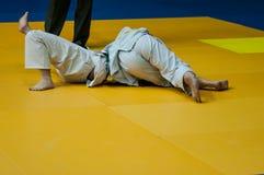 Flickor konkurrerar i judon Royaltyfri Fotografi