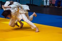 Flickor konkurrerar i judon Arkivbilder