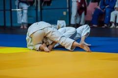Flickor konkurrerar i judon Arkivbild
