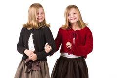 flickor kopplar samman Arkivfoto