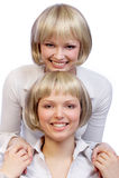 flickor kopplar samman Arkivfoton