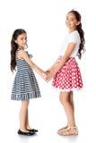 Flickor kopplar samman kramen Royaltyfri Bild
