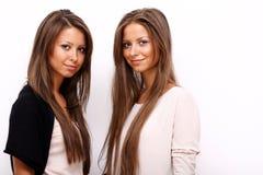 flickor kopplar samman två Arkivbilder