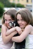 flickor kopplar samman två Royaltyfria Bilder