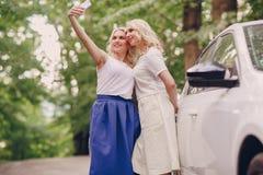 Flickor kopplar samman ut royaltyfri fotografi