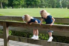 flickor little kopplar samman två Fotografering för Bildbyråer