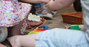 flickor little som leker lager videofilmer