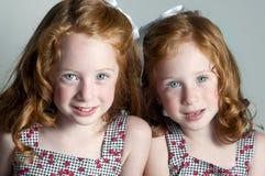 flickor little som är tvilling- Royaltyfri Bild