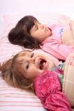 flickor little upp att vakna Royaltyfri Bild