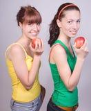 Flickor med äpplen Arkivfoto