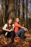 Flickor med äpplen Arkivbilder