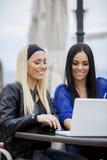 Flickor med bärbar dator Arkivbild