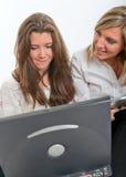 Flickor med bärbar dator- och minnestavlaPC Arkivbilder