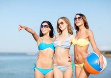 Flickor med bollen på stranden Arkivfoto