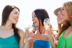 Flickor med champagneexponeringsglas Arkivbilder