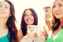 Flickor med champagneexponeringsglas Arkivbild
