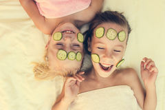 Flickor med den ansikts- leramaskeringen royaltyfria foton