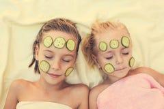 Flickor med den ansikts- leramaskeringen royaltyfri bild