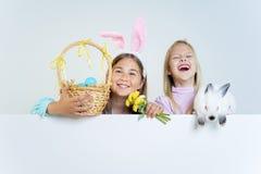 Flickor med den easter kaninen Arkivbilder