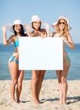 Flickor med det tomma brädet på stranden Arkivfoto