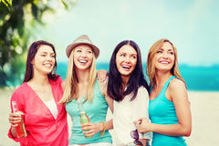 Flickor med drinkar på stranden Arkivbilder