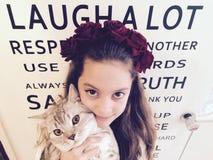 Flickor med en katt Royaltyfri Foto