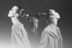 Flickor med flätat långt hår in i flätad tråd arkivbilder