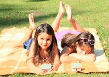 Flickor med hus Arkivfoto