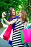 Flickor med köp Fotografering för Bildbyråer