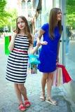 Flickor med köp Arkivfoto