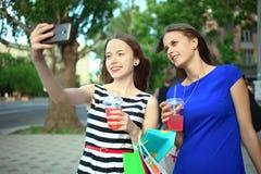 Flickor med köp Arkivfoton